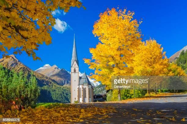 Heiligenblut Bergdorf mit schönen Wallfahrtskirche im Herbst