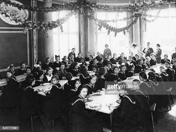 Heim am Scharmützelsee für 200 BerlinerKinder das von dem Wiener IndustriellenOskar von Körner gestiftet wurde DieMädchen beim Mittagessen 1923