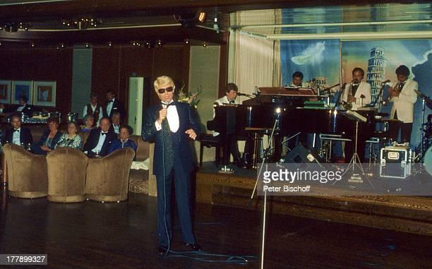 Heino AsienKreuzfahrt zum 13 Hochzeitstag 'MS Europa' China Asien Orchester Zuschauer Brille abgedunkelte Gläser Auftritt Bühne Mikrofon singen...