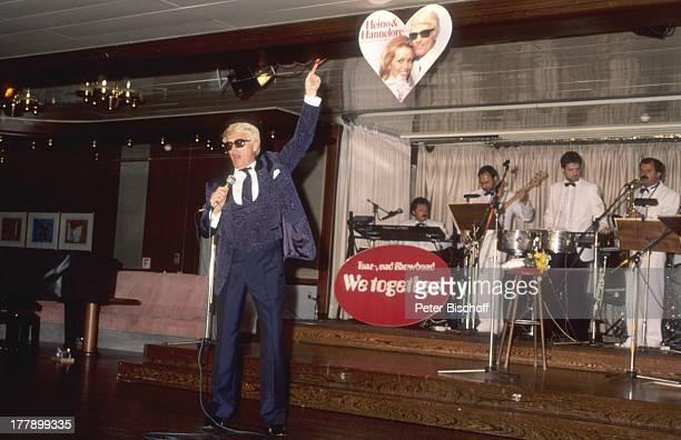 Heino AsienKreuzfahrt zum 13 Hochzeitstag 'MS Europa' China Asien Orchester Zuschauer Brille abgedunkelte Gläser Auftritt Bühne Mikrofon singen Herz...