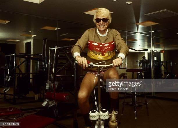 Heino Fitnessraum Toronto Kanada Nordamerika Fahrrad FitnessGeräte getönte Brille Sonnenbrille Schlager VolksmusikSänger LG/PH