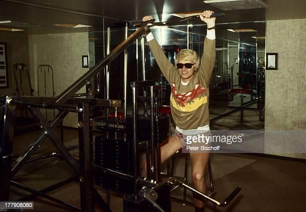 Heino Fitnessraum Toronto Kanada Nordamerika Gewicht heben FitnessGeräte getönte Brille Sonnenbrille Schlager VolksmusikSänger LG/PH