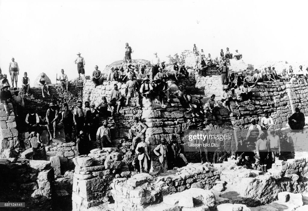 <a gi-track='captionPersonalityLinkClicked' href=/galleries/search?phrase=Heinrich+Schliemann&family=editorial&specificpeople=904664 ng-click='$event.stopPropagation()'>Heinrich Schliemann</a> in Troy. Workers and excavators. Picture undated