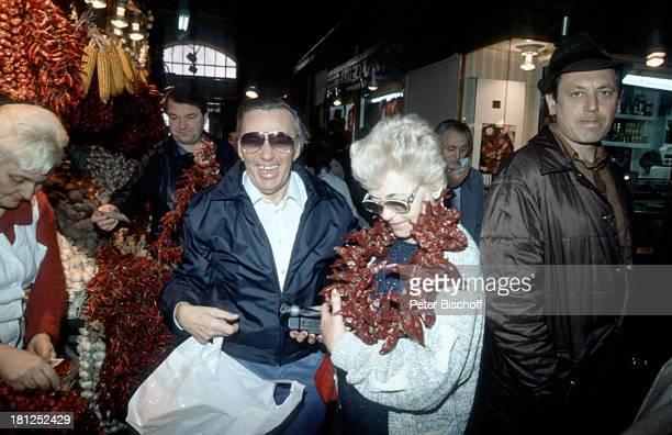 Heinz Schenk Ehefrau Gertie Schenk Urlaub Donaufahrt mit MS 'Moldavia' Budapest/Ungarn Markthalle Marktstand Ware Ehemann Frau Schauspieler Promis...