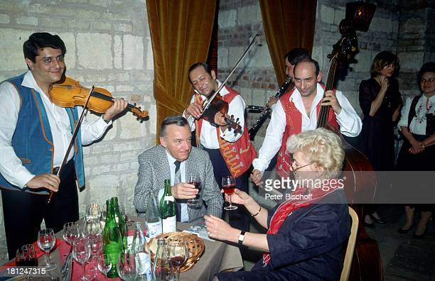 Heinz Schenk Ehefrau Gertie Schenk ZigeunerMusiker Urlaub Donaufahrt mit MS 'Moldavia' Budapest/Ungarn 'Zitadelle' Restaurant Essen Schauspieler...