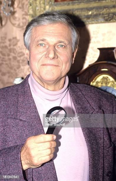 Heinz Weiss 6teilige SAT1KrimiSpielshow 'Cluedo Das mörderische Spiel' Schloss Leonberg Deutschland 6111992 Lupe Schauspieler