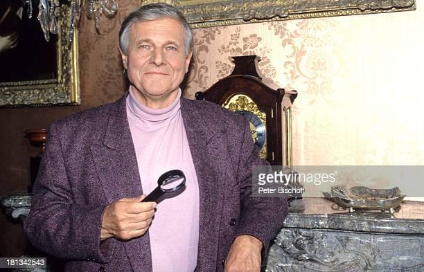 Heinz Weiss 6teilige SAT1KrimiSpielshow 'Cluedo Das mörderische Spiel' Schloss Leonberg Deutschland 6111992 Uhr SilberSchale Lupe Schauspieler