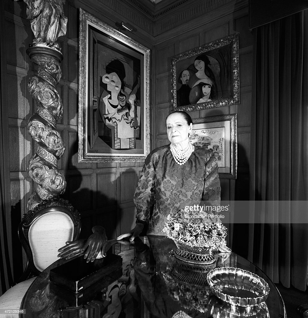 '<a gi-track='captionPersonalityLinkClicked' href=/galleries/search?phrase=Helena+Rubinstein&family=editorial&specificpeople=212912 ng-click='$event.stopPropagation()'>Helena Rubinstein</a> taken in a corner of her gorgeous house on the Fifth Avenue; the American cosmetics magnate, collector of art, is surrounded by modern paintings, precious furnishings and also a baroque spiral column. New York (USA), April 1964. (Photo by Mario De Biasi\Mondadori Portfolio via Getty Images)'