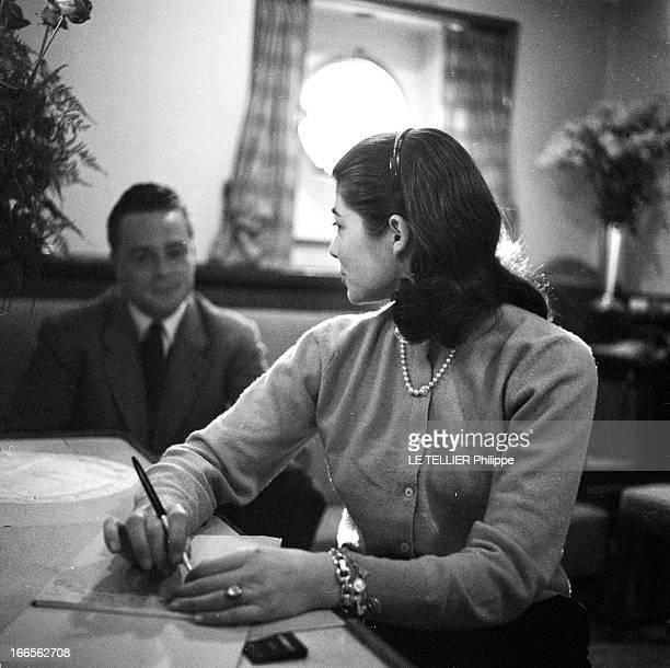 Helene De France On Honeymoon In Venice A Venise dans la cabine d'un bateau de croisière Hélène DE FRANCE est assise devant une table et rédige une...