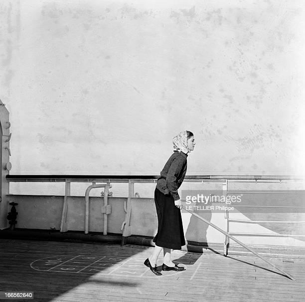 Helene De France On Honeymoon In Venice A Venise sur bateau de croisière Hélène DE FRANCE seule un foulard sur la tête joue au jeu du palets sur un...