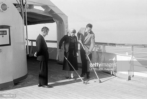 Helene De France On Honeymoon In Venice A Venise sur bateau de croisière Hélène DE FRANCE portant un foulard sur la tête joue au jeu du palets sur un...