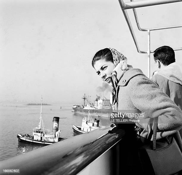 Helene De France On Honeymoon In Venice A Venise sur un bateau de croisière Hélène DE FRANCE seule regarde le port Elle est vêtue d'un manteau et...