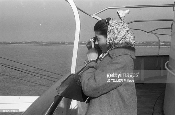 Helene De France On Honeymoon In Venice A Venise sur un bateau de croisière Hélène DE FRANCE seule photographie l'horizon Elle est vêtue d'un manteau...