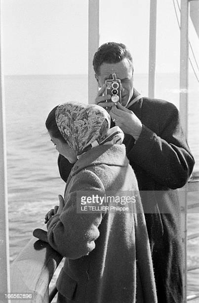 Helene De France On Honeymoon In Venice A Venise sur un bateau de croisière Hélène DE FRANCE vêtue d'un manteau et d'un foulard sur la tête regarde...