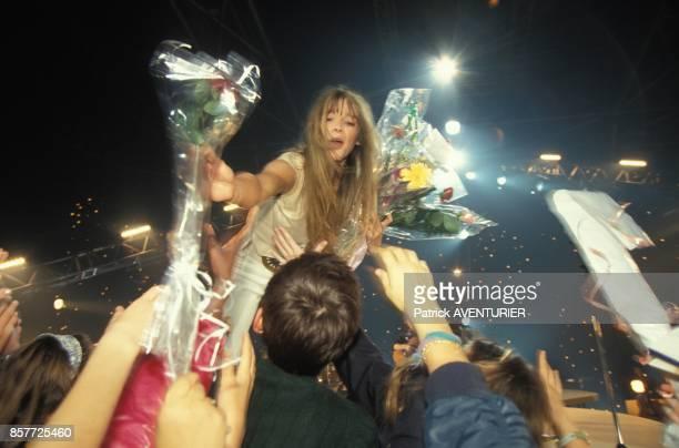 Helene et ses fans apres un concert au Zenith le 24 octobre 1993 a Paris France