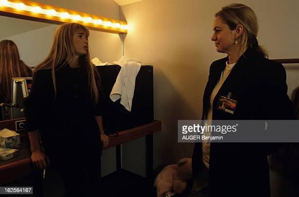 Helene Rolles In Concert In Brussels En Belgique à Bruxelles à l'occasion d'un concert d'Hélène ROLLES actrice chanteuse fumant une cigarette avec sa...