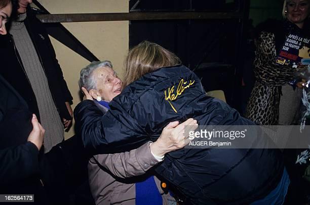 Helene Rolles In Concert In Brussels En Belgique à Bruxelles à l'occasion d'un concert d'Hélène ROLLES actrice chanteuse de dos tombant dans les bras...