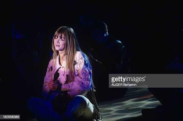 Helene Rolles On Tour In France En France le 18 octobre 1993 lors d'une tournée de concerts Hélène ROLLES actrice chanteuse chantant sur scène