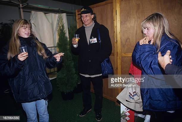 Helene Rolles On Tour In France En France le 18 octobre 1993 lors d'une tournée de concerts de gauche à droite Hélène ROLLES actrice chanteuse fumant...