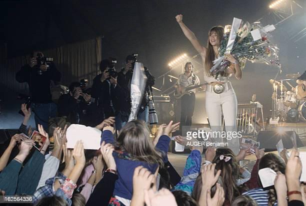Helene Rolles On Tour In France En France le 18 octobre 1993 lors d'une tournée de concerts Hélène ROLLES actrice chanteuse sur scène saluant le...