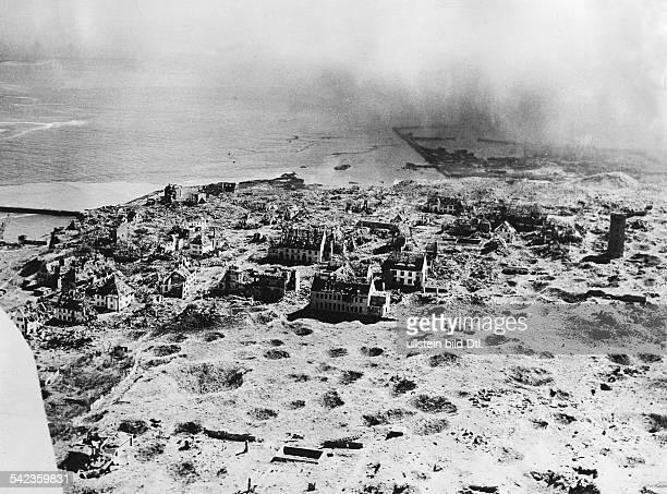 Ansicht der schwer zerstörten Insel nach den britischen Sprengversuchen und BombenÜbungsabwürfen seit 1947Februar 1952