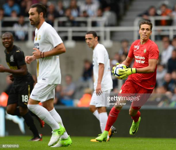 Hellas Verona Goalkeeper Marco Silvestri runs with the ball during the Pre Season Friendly match between Newcastle United and Hellas Verona at...