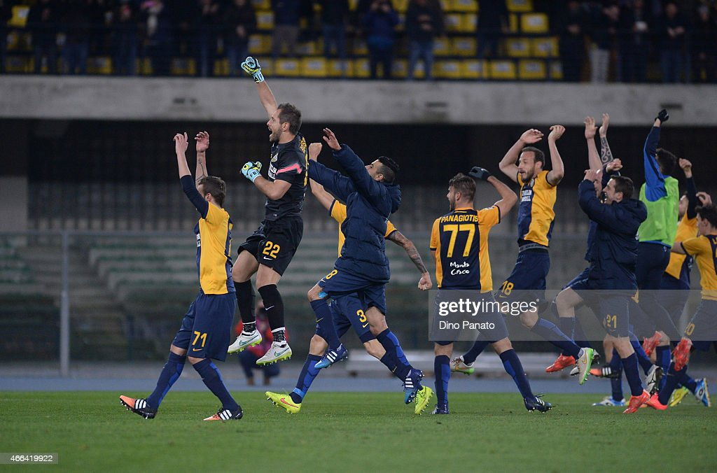 Hellas Verona players celebrate victory after the Serie A match between Hellas Verona FC and SSC Napoli at Stadio Marc'Antonio Bentegodi on March 15, 2015 in Verona, Italy.