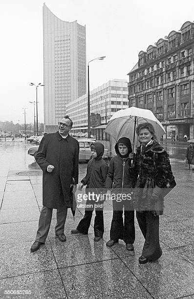 Helmut Kohl on a private visit to the GDR with his sons Walter and Peter and wife Hannelore at the Opernplatz in Leipzig
