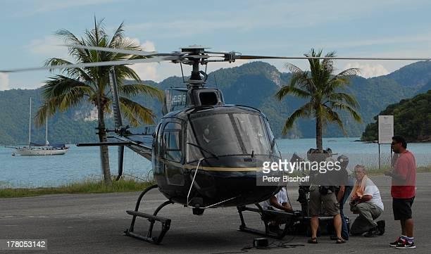 Helmut Metzger mit Filmteam am Hubschrauber während Dreharbeiten zum ARDFilm 'Wiedersehen in Malaysia' Insel Langkawi Malaysia Asien Familiendrama...
