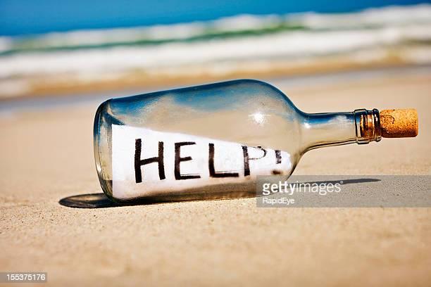 Hilfe so hektisch Nachricht in der Flasche am einsamen Strand