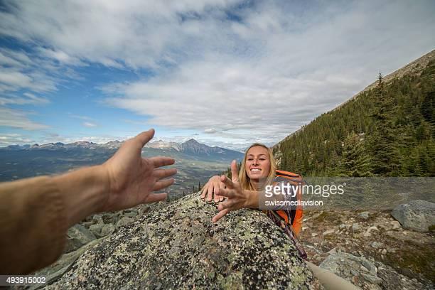 Mano en la cima de la montaña