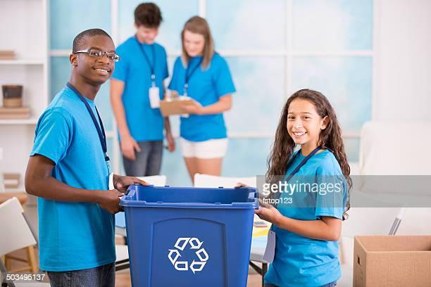 Ajudando as mãos! Grupo de Adolescentes organizar local campanha de reciclagem.