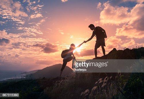 Helping hikers : Foto de stock