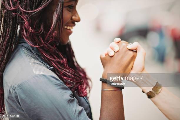 Aider les mains de femmes interracial