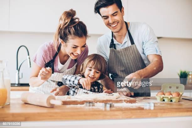 Mama und Papa machen Cookies zu helfen