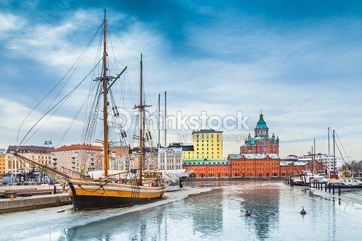 Helsinki Puerto Distrito de con catedral de Uspenski en invierno, Finlandia : Foto de stock