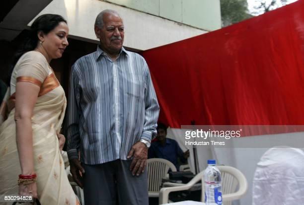 Hema Malini and Dara Singh at the BJP press conference at Juhu