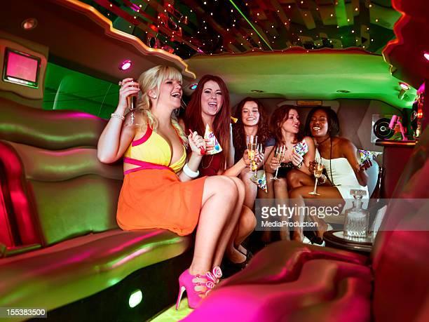 Soirée entre filles dans une limousine