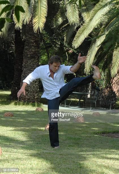 Hendrik Duryn neben den Dreharbeiten zur ZDFReihe 'Kreuzfahrt ins Glück' Folge Nr 9 'Marokko' Villa 'Bled Targui' Marrakesch Marokko Nordafrika...