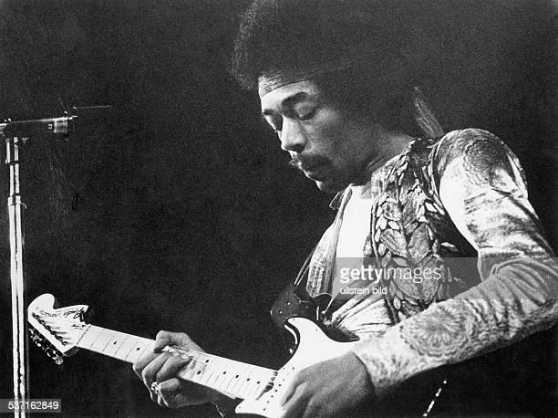Hendrix Jimi Gitarrist Rockmusiker USA Portrait mit Gitarre undatiert