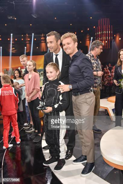 Henning Baum Nico Rosberg and kid candidate Alena Hassler during the 'Klein Gegen Gross' TV Show at Studio Berlin Adlershof on November 5 2017 in...