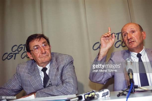 Henri Krasucki secrétaire général de la CGT lors d'une conférence de presse avec à gauche Louis Viannet le 17 juin 1991 à Montreuil France