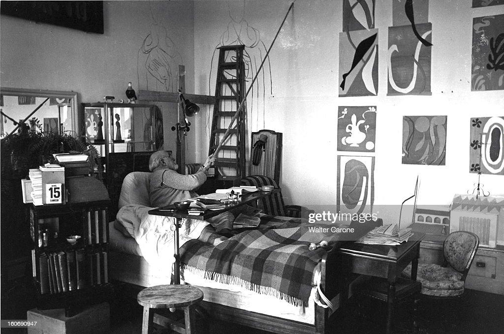 <a gi-track='captionPersonalityLinkClicked' href=/galleries/search?phrase=Henri+Matisse&family=editorial&specificpeople=210882 ng-click='$event.stopPropagation()'>Henri Matisse</a> In Nice. Henri MATISSE, alité suite à une paralysie dans sa chambre-atelier de l'ancien hôtel Régina, sur la colline de Cimiez, à Nice, dessine sur les murs les figures de la chapelle de Vence avec un fusain fixé à une perche.