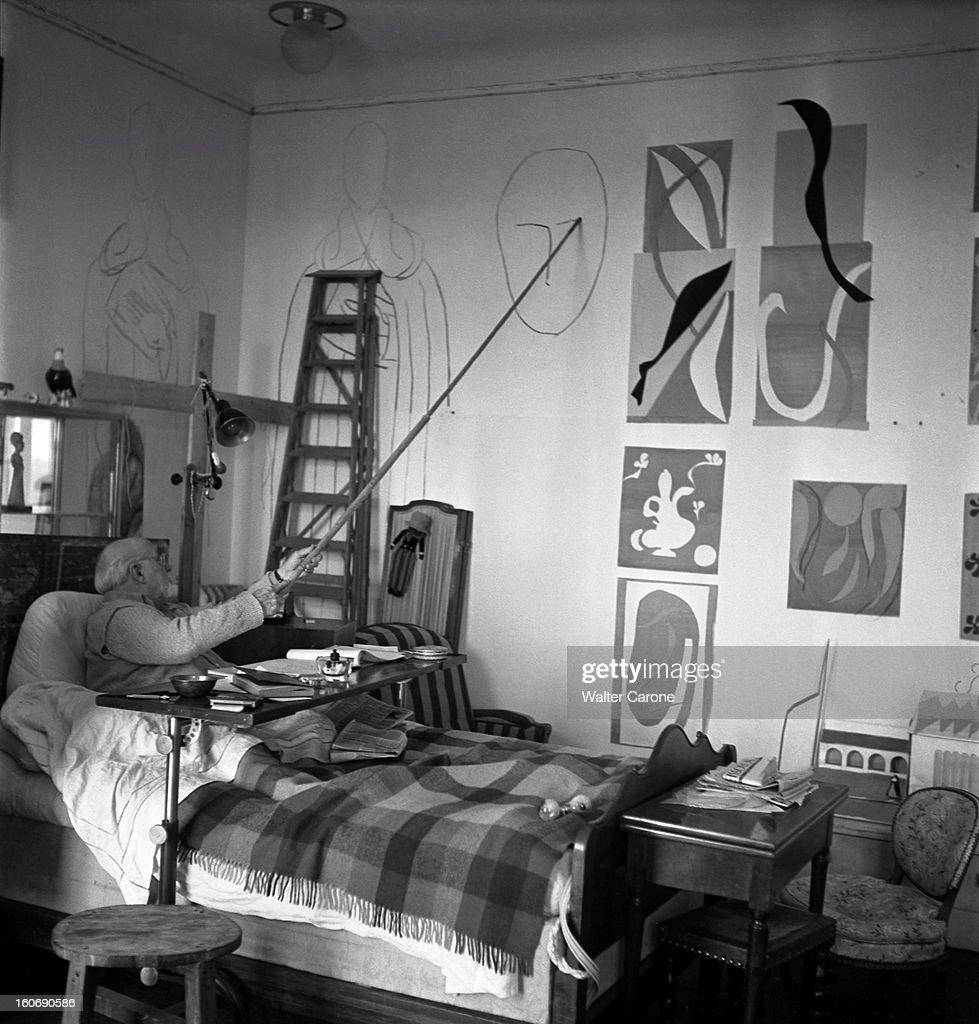 Henri Matisse In Nice. Henri MATISSE, dans la chambre-atelier de l'ancien hôtel Régina sur la colline de CIMIEZ à NICE, assis dans son lit suite à une paralysie, dessinant sur les murs les figures de la chapelle de VENCE avec un fusain fixé à une perche.