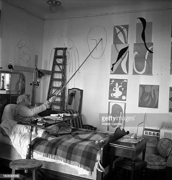 Henri Matisse In Nice Henri MATISSE dans la chambreatelier de l'ancien hôtel Régina sur la colline de CIMIEZ à NICE assis dans son lit suite à une...