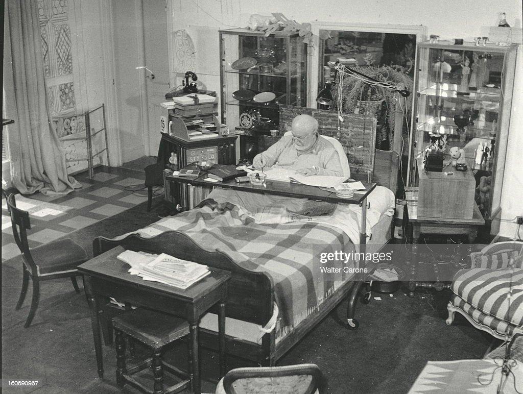 Henri Matisse In Nice. Henri MATISSE, dans la chambre-atelier de l'ancien hôtel Régina sur la colline de CIMIEZ à NICE, assis dans son lit suite à une paralysie, dessinant les figures de la chapelle de VENCE.