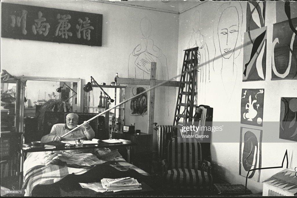 <a gi-track='captionPersonalityLinkClicked' href=/galleries/search?phrase=Henri+Matisse&family=editorial&specificpeople=210882 ng-click='$event.stopPropagation()'>Henri Matisse</a> In Nice. Henri MATISSE, dans la chambre-atelier de l'ancien hôtel Régina sur la colline de CIMIEZ à NICE, assis dans son lit suite à une paralysie, dessinant sur les murs les figures de la chapelle de VENCE avec un fusain fixé à une perche.