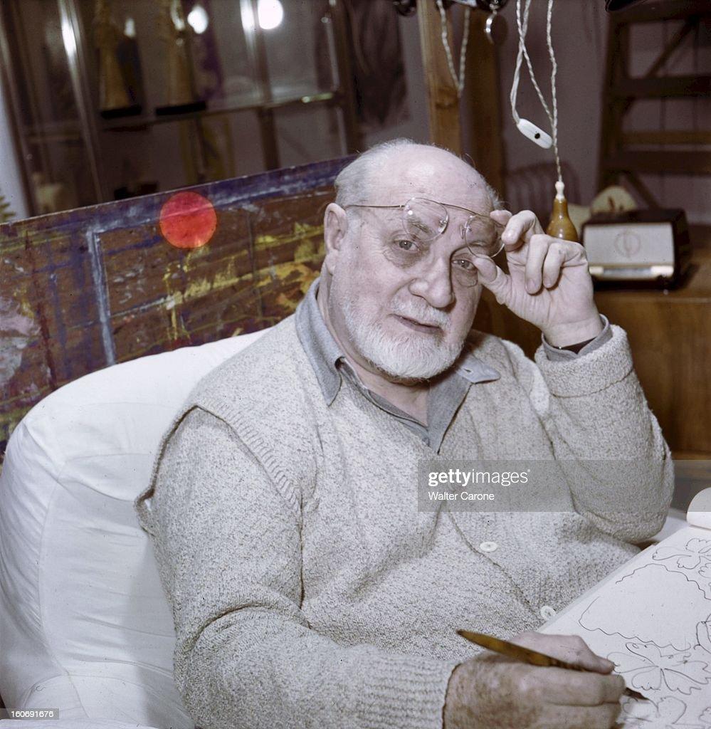 <a gi-track='captionPersonalityLinkClicked' href=/galleries/search?phrase=Henri+Matisse&family=editorial&specificpeople=210882 ng-click='$event.stopPropagation()'>Henri Matisse</a> In Nice. Henri MATISSE dans la chambre-atelier de l'ancien hôtel Régina sur la colline de Cimiez à Nice, ne quitte plus son lit suite à une paralysie, et dessine sur les murs les figures de la chapelle de Vence avec un fusain fixé à une perche.