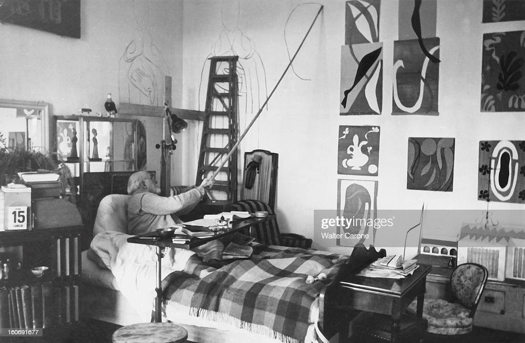 <a gi-track='captionPersonalityLinkClicked' href=/galleries/search?phrase=Henri+Matisse&family=editorial&specificpeople=210882 ng-click='$event.stopPropagation()'>Henri Matisse</a> In Nice. Le peintre Henri MATISSE, paralysé, éprouve un ardent besoin de créer. Il n' a trouvé qu'un moyen pour vaincre l'immobilité : un fusain au bout d'une perche. Et il dessine sur le mur de sa chambre.