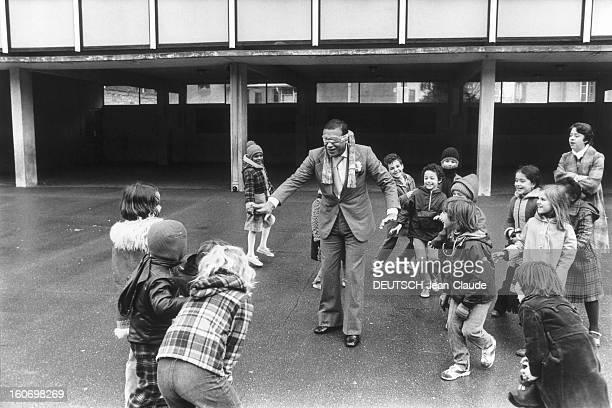 Henri Salvador In Paris Henri SALVADOR au milieu d'écoliers d'une classe de CM1 d'une petite école du 15ème arrondissement à PARIS Ils lui ont donné...